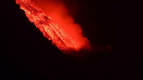 Lava techet v more posle izverjeniya vulkana na kanarskom ostrove La-Palma - Sputnik Oʻzbekiston