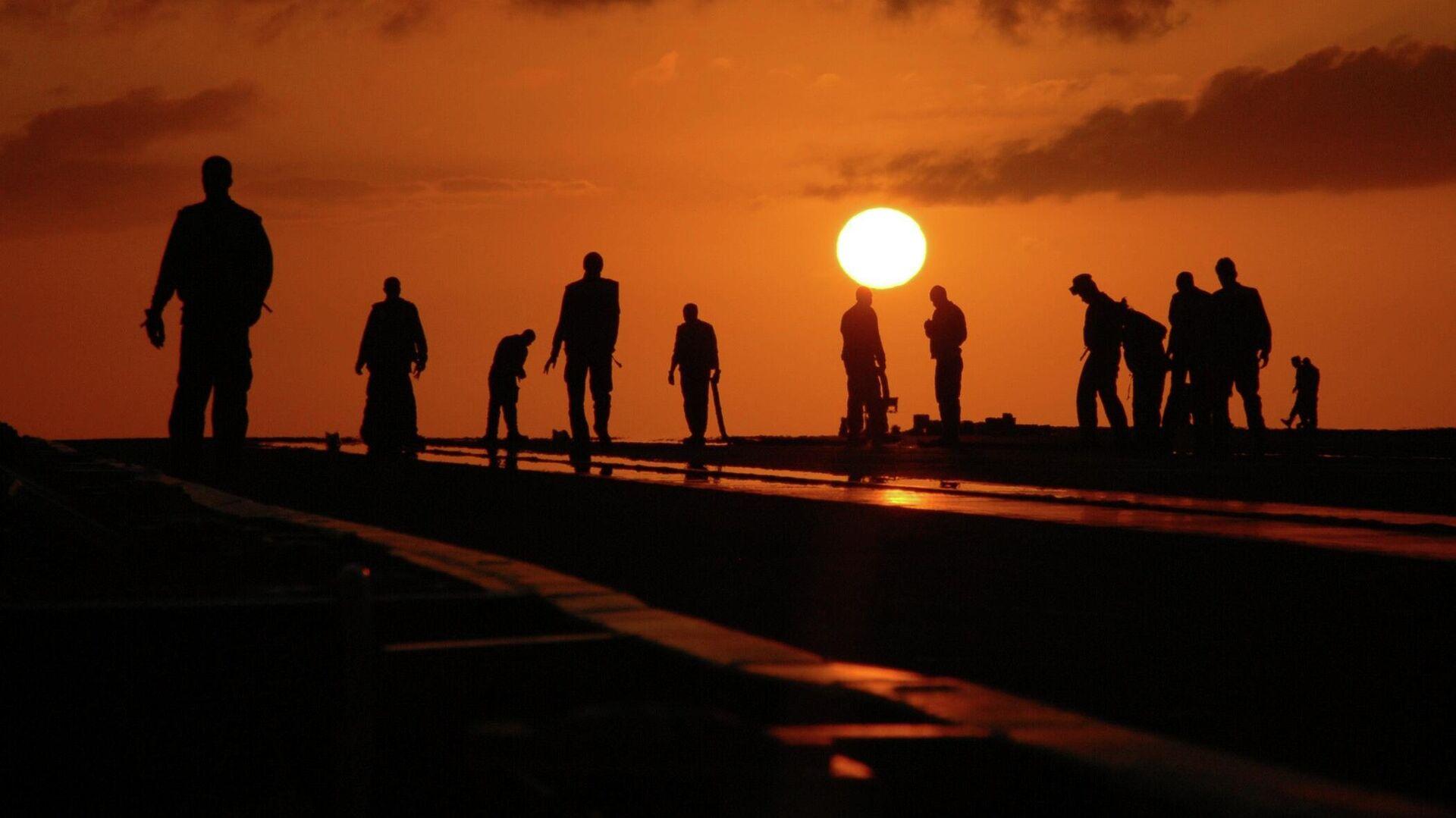 Силуэты мужчин на фоне заката - Sputnik Ўзбекистон, 1920, 30.09.2021