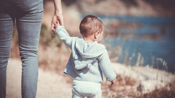 Женщина держит ребенка за руку - Sputnik Узбекистан