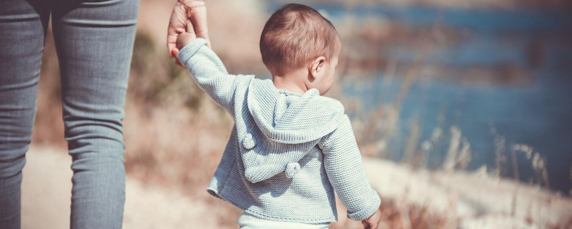 Женщина держит ребенка за руку - Sputnik Ўзбекистон, 1920, 05.10.2021