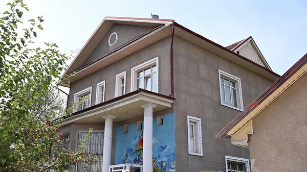 Дом Садыра Жапарова выставят на аукцион:  деньги с продажи уйдут на помощь нуждающимся - Sputnik Узбекистан