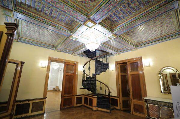 Первое, что привлекает внимание посетителей в холле дворца - чугунная винтовая лестница, которая ведет на второй этаж в библиотеку. Проект этой лестницы был разработан лично князем Романовым. - Sputnik Узбекистан
