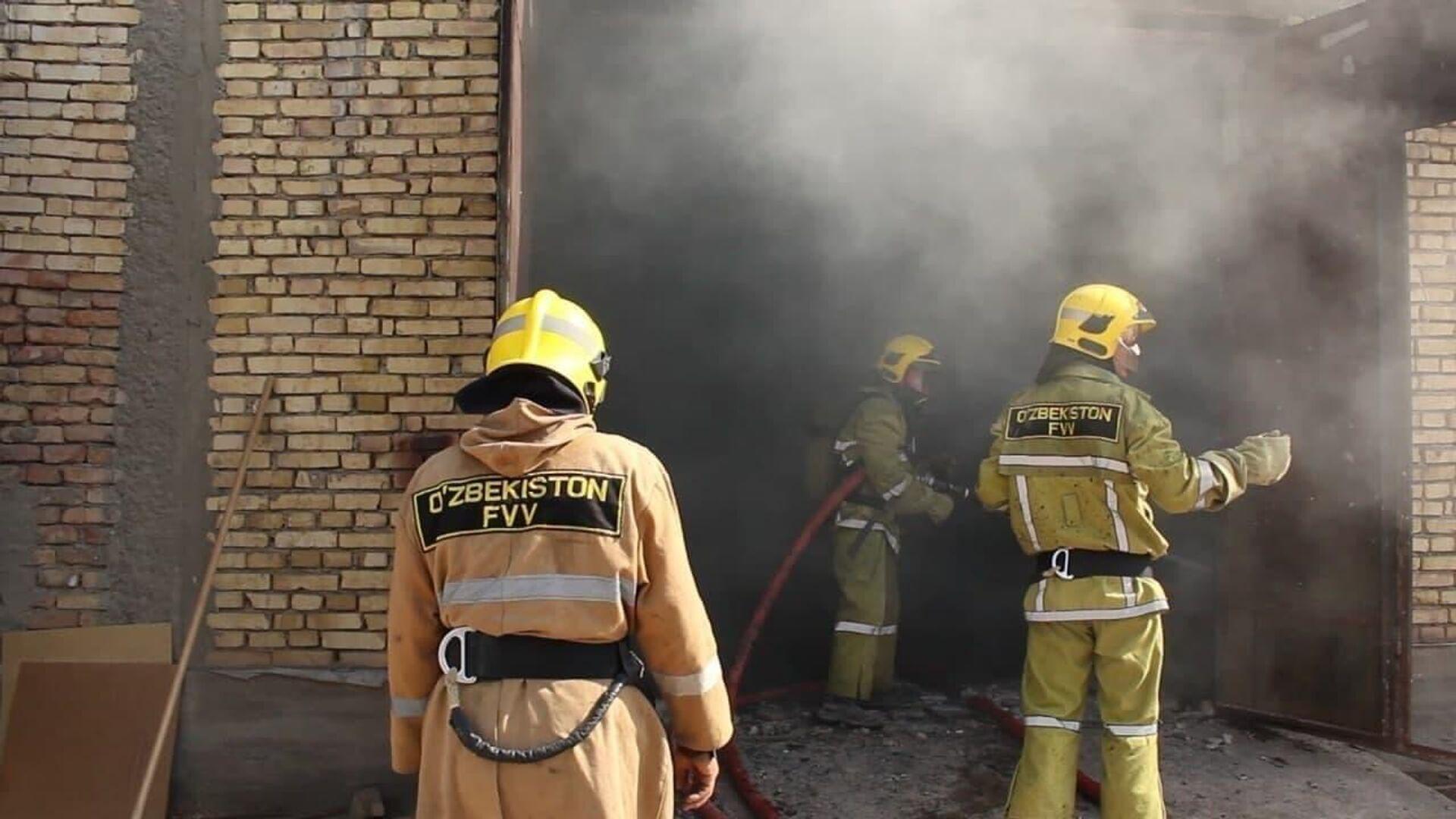 Три человека погибли в горящем мебельном цеху в Карши - МЧС - Sputnik Ўзбекистон, 1920, 08.10.2021