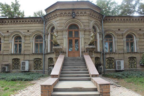 После смерти князя и до 1934 года здесь была первая картинная галерея в Центральной Азии. Потом власти решили создать в особняке Дворец пионеров, который проработал несколько десятилетий. - Sputnik Узбекистан