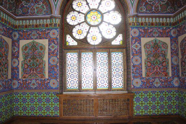 Этого витражного окна при князе не было. Во время взрывов в Ташкенте в 1999 году стекла с передней стороны дворца были выбиты. После этого решили оформить окно витражом. - Sputnik Узбекистан