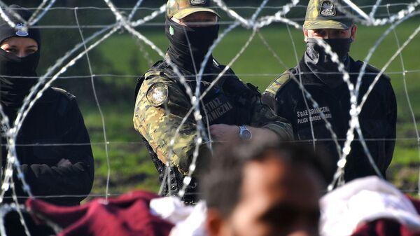 Польские пограничники наблюдают за лагерем беженцев из Афганистана на белорусско-польской границе возле деревни Уснар-Дольное - Sputnik Ўзбекистон