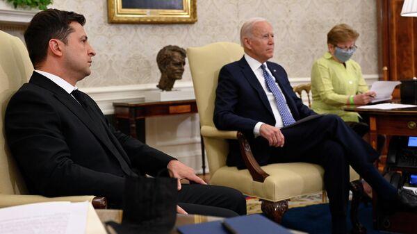 Президент Украины Владимир Зеленский и президент США Джо Байден - Sputnik Узбекистан