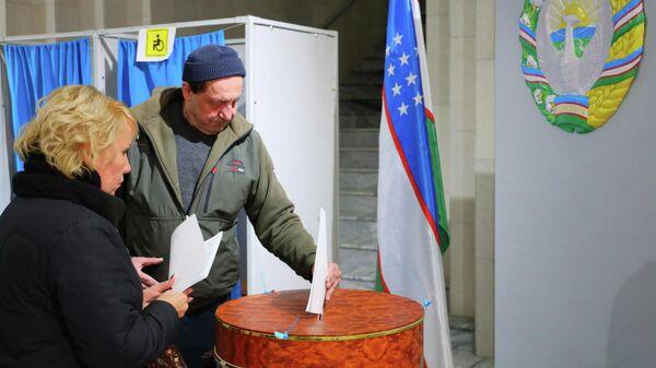 Голосование на избирательном участке в Узбекистане - Sputnik Узбекистан