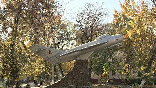 В Ташкенте восстанавливают старый МиГ-17 - Sputnik Узбекистан