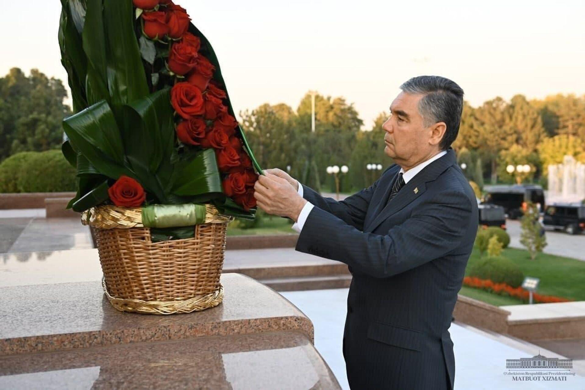 Президент Туркменистана Гурбангулы Бердымухамедов возложил цветы к подножию Монумента независимости и гуманизма. - Sputnik Узбекистан, 1920, 04.10.2021