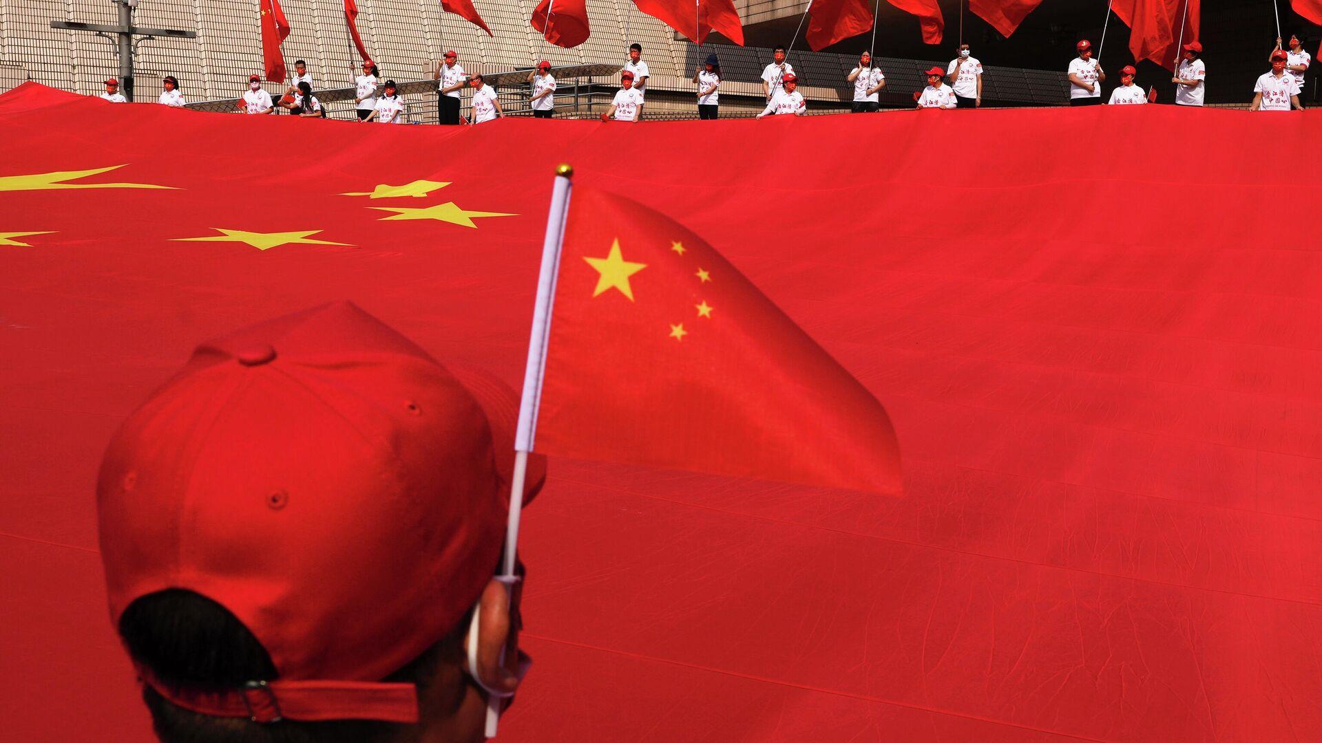 Китайский национальный флаг во время церемонии празднования 72-го Национального дня Китая - Sputnik Узбекистан, 1920, 05.10.2021