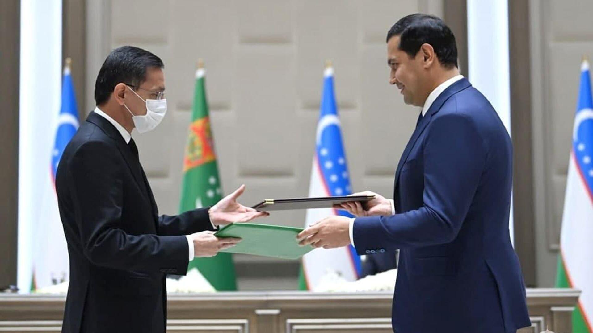В присутствии глав Узбекистана и Туркменистана состоялся обмен подписанными документами между главами министерств и ведомств двух стран - Sputnik Узбекистан, 1920, 05.10.2021