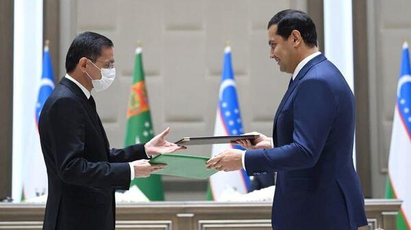 В присутствии глав Узбекистана и Туркменистана состоялся обмен подписанными документами между главами министерств и ведомств двух стран - Sputnik Узбекистан