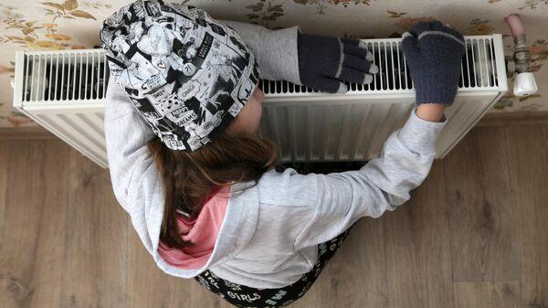 Девочка возле батареи у себя дома. - Sputnik Узбекистан