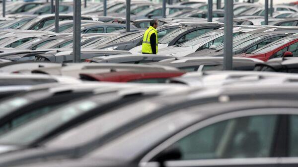 Сотрудник французского производителя автомобилей Peugeot Citroen на парковке в Маркольсхайме, Франция - Sputnik Узбекистан