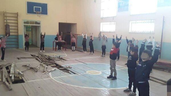 В Кашкадарье ученики школы занимаются физкультурой на прогнившем полу спортзала - Sputnik Узбекистан