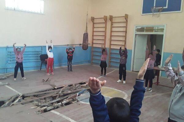 В Кашкадарье ученики школы занимаются физкультурой на прогнившем полу спортзала - Sputnik Ўзбекистон