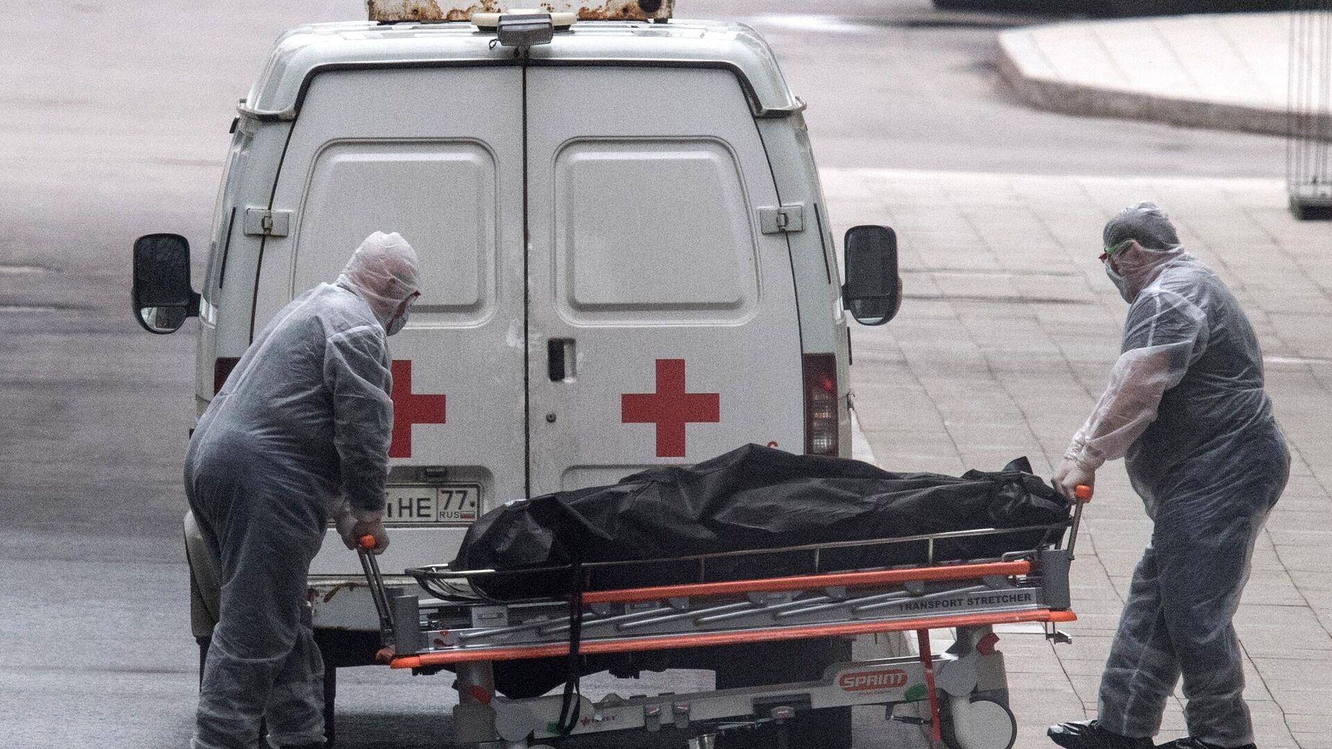 Медицинские работники перевозят тело умершего - Sputnik Ўзбекистон, 1920, 06.10.2021