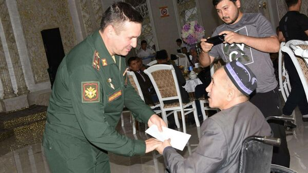 Сотрудники Посольства РФ в Узбекистане передали матпомощь воинам-афганцам - Sputnik Узбекистан