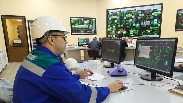 Рабочий на Сырдарьинской ТЭС - Sputnik Узбекистан