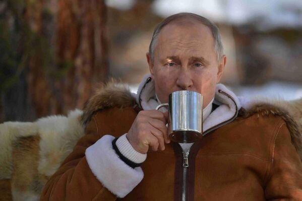 2021 йил 21 март. Владимир Путин тайгада. - Sputnik Ўзбекистон