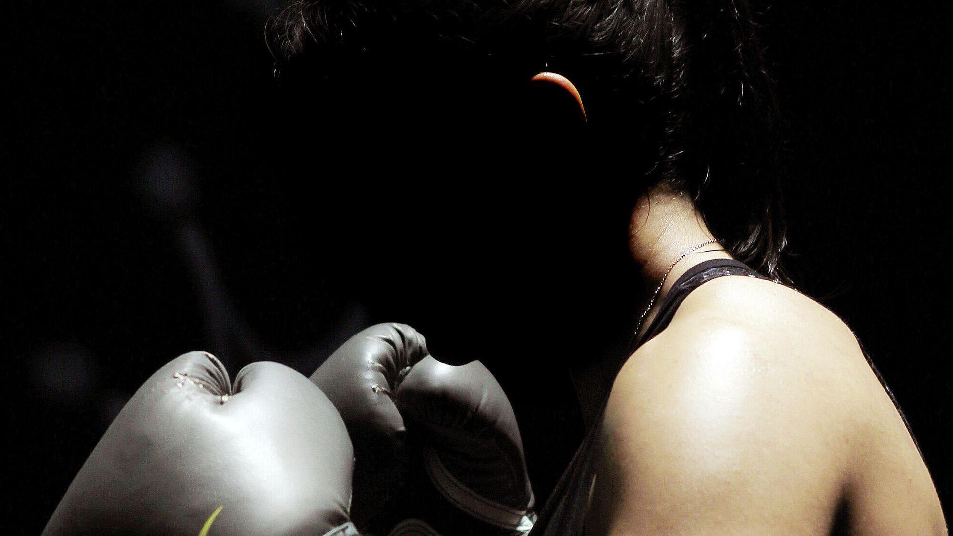 Женщина в боксерских перчатках - Sputnik Узбекистан, 1920, 06.10.2021