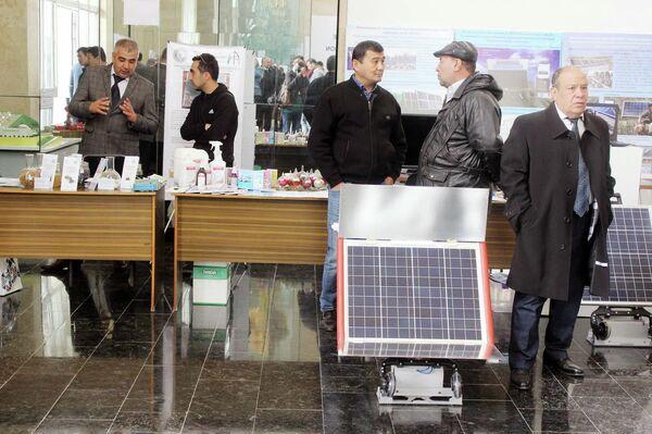 Экспонаты выставки разработок ученых для нужд медицины, энергетики, нефтегазовой отрасли, электроники и легкой промышленности в Институте материаловедения НПО Физика-Солнце АН Узбекистана - Sputnik Узбекистан