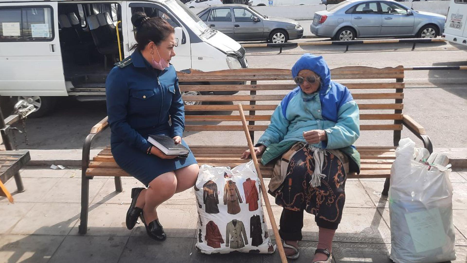 Правоохранители пришли на помощь бездомной женщине в Ташкенте - Sputnik Узбекистан, 1920, 07.10.2021