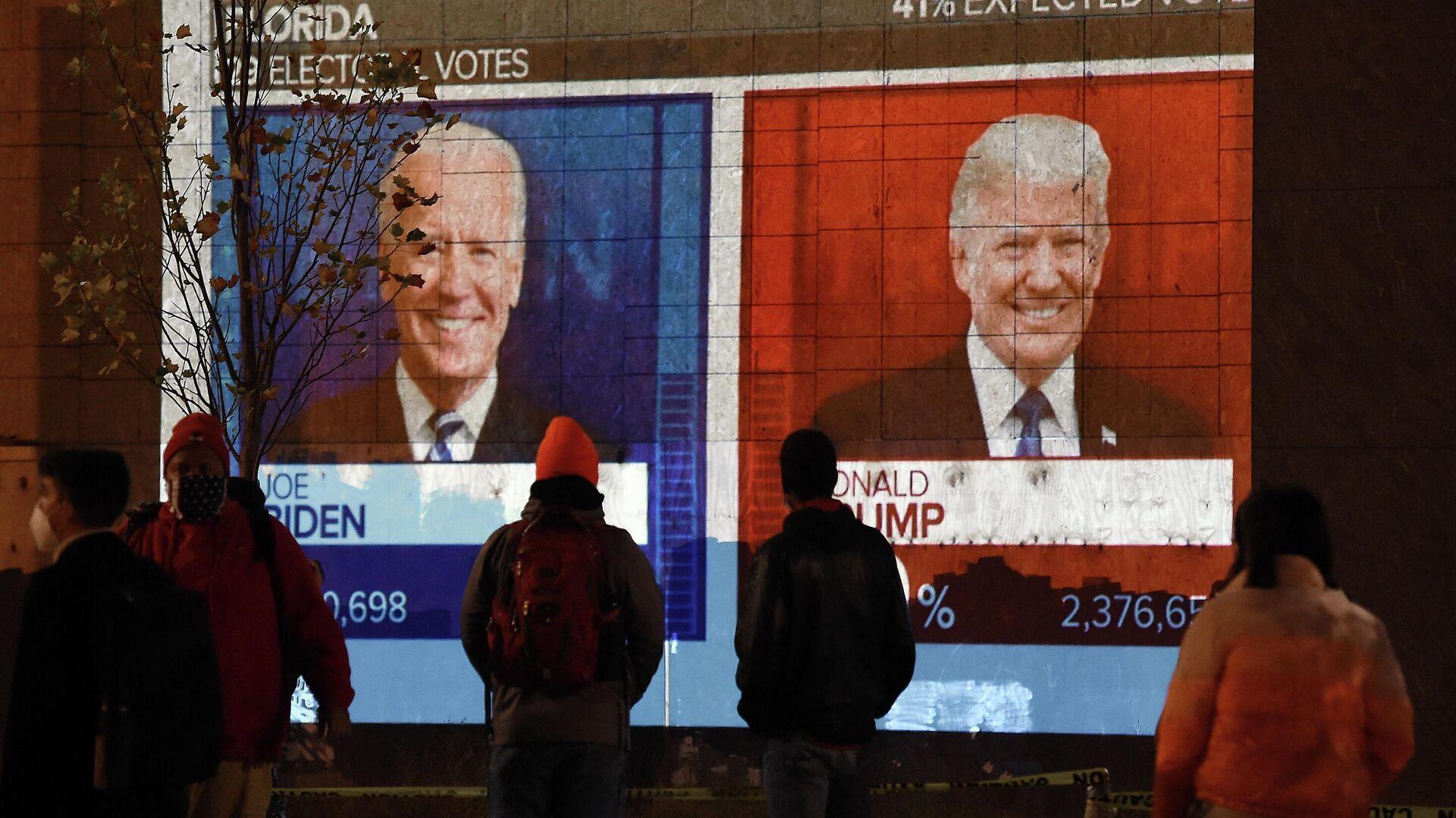 Экран с предварительным подсчетом голосов на президентских выборах в Вашингтоне, США - Sputnik Узбекистан, 1920, 08.10.2021