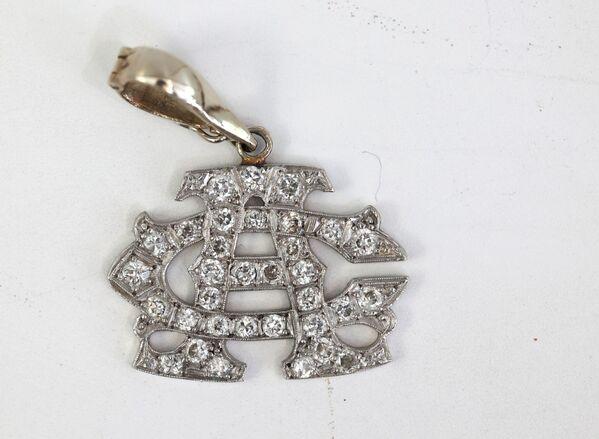 Всего на аукцион выставлены 174 лота. На фото — подвеска из белого золота с бриллиантами, принадлежавшая Аль Капоне. - Sputnik Узбекистан