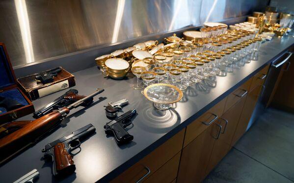 Оружие и посуда, принадлежавшие американскому гангстеру Аль Капоне и его сыну Сонни.  - Sputnik Узбекистан
