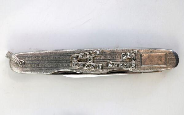 Карманный нож с инициалами из платины и бриллиантов. Им также владел Капоне.  - Sputnik Узбекистан
