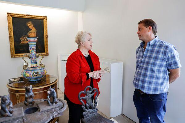 Дайан Капоне, внучка американского гангстера Аль Капоне, разговаривает с основателем Witherell's Gallery.  - Sputnik Узбекистан