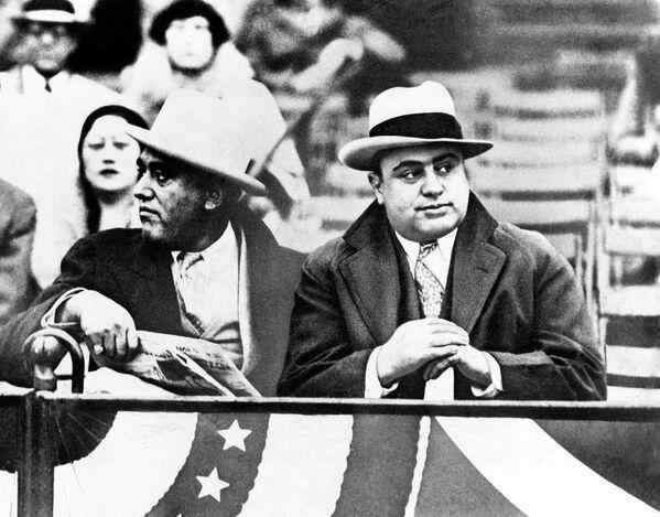 """Аль Капоне считается автором системы отмывания денег и такого понятия, как """"рэкет"""". Но большую известность имени Капоне принесла история, связанная с серией убийств под названием """"Бойня в День святого Валентина"""". - Sputnik Узбекистан"""