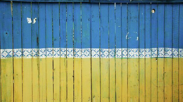 Забор, выкрашенный в цвета украинского флага - Sputnik Узбекистан