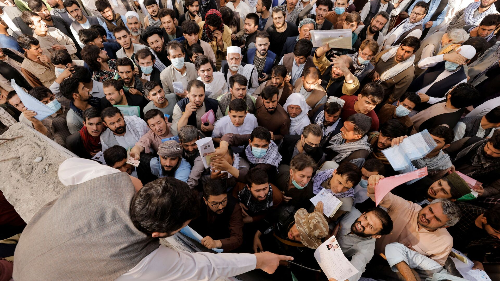 Афганцы собираются у паспортного стола в Кабуле, Афганистан - Sputnik Узбекистан, 1920, 13.10.2021