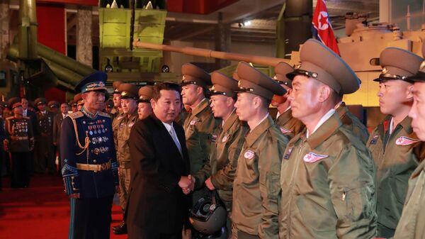 Лидер КНДР Ким Чен Ын на выставке оборонной промышленности в Пхеньяне  - Sputnik Ўзбекистон