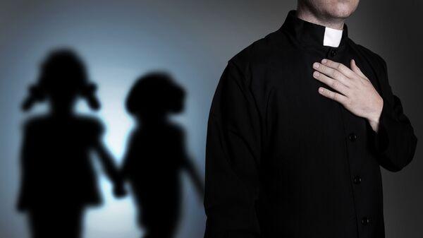 Католический священник и тени детей - Sputnik Узбекистан