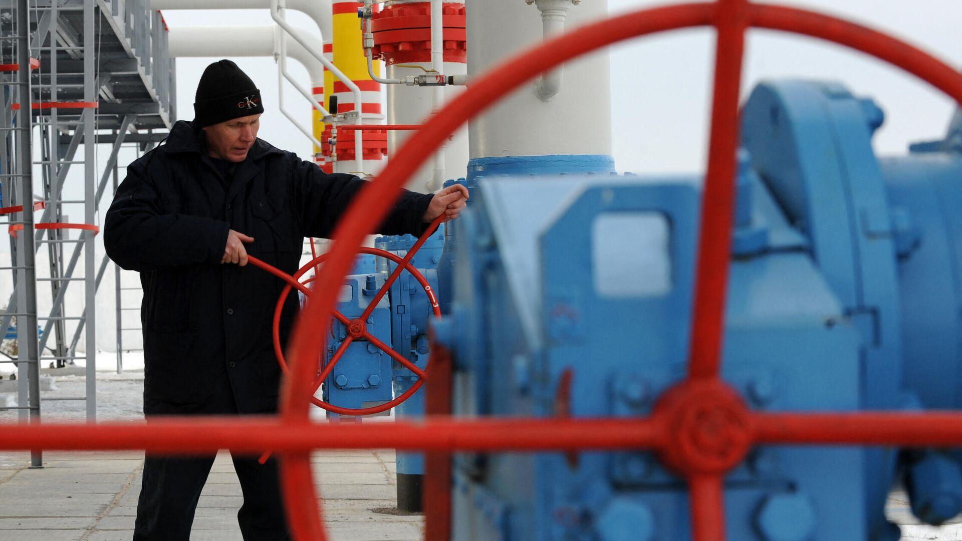 Работник газовой компании Нафтогаз - Sputnik Узбекистан, 1920, 14.10.2021