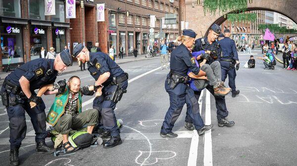 Politsiya zaderjivayet uchastnikov ekologicheskoy aktsii protesta v Stokgolme, Shvetsiya - Sputnik Oʻzbekiston