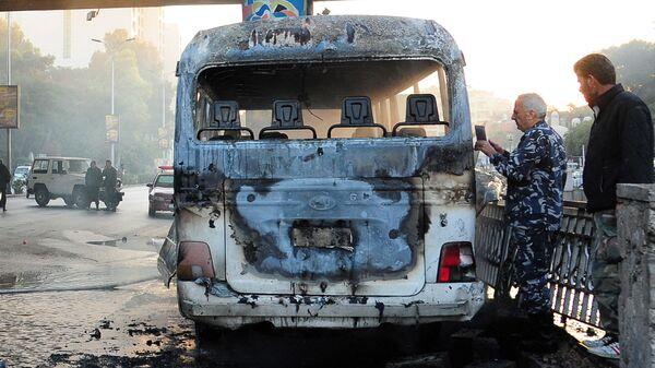 Обгоревший сирийский армейский автобус, который был атакован взрывными устройствами в Дамаске - Sputnik Ўзбекистон