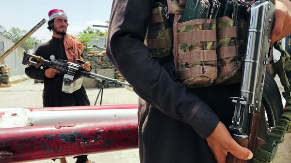 Боевики Талибана* патрулируют район Вазир Акбар Хан в городе Кабул, Афганистан - Sputnik Узбекистан