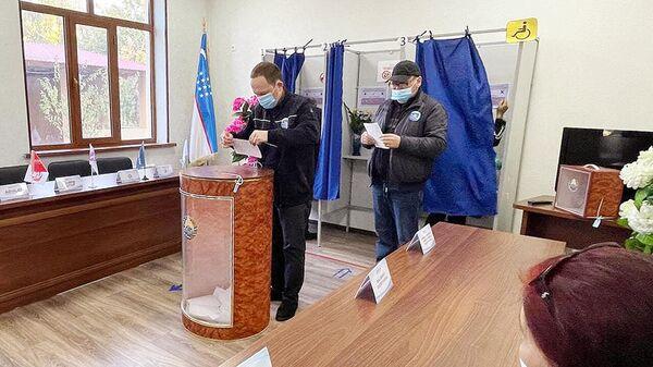 В Узбекистане открылись избирательные участки на выборах президента страны - Sputnik Узбекистан