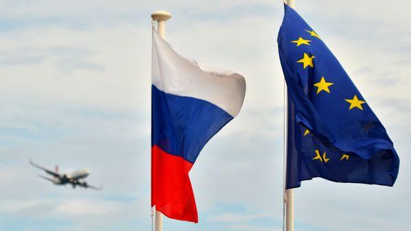 Флаги России, ЕС, Франции и герб Ниццы на набережной Ниццы - Sputnik Ўзбекистон