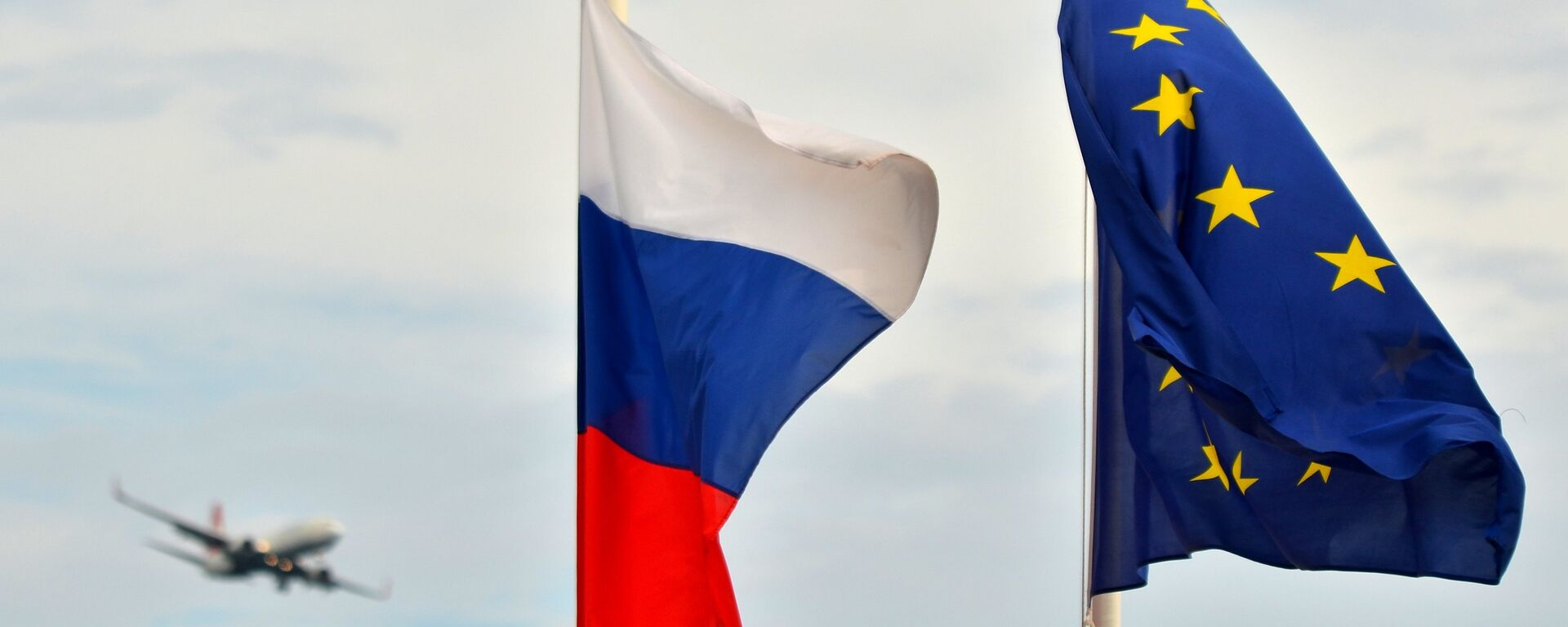Флаги России, ЕС, Франции и герб Ниццы на набережной Ниццы - Sputnik Ўзбекистон, 1920, 25.12.2019