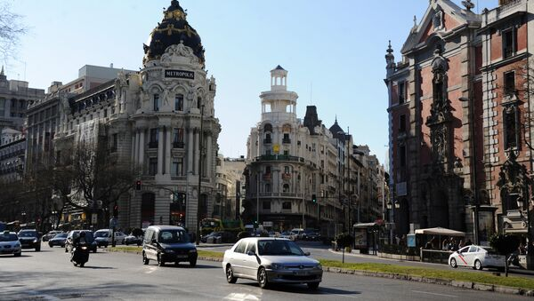 Вид на улицу Гран Виа и здание Эдифисио Метрополис в Мадриде - Sputnik Узбекистан