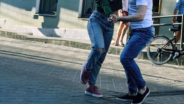 Молодые люди танцуют на улице - Sputnik Ўзбекистон