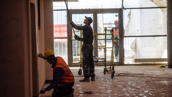 Строители во время отделочных работ - Sputnik Узбекистан