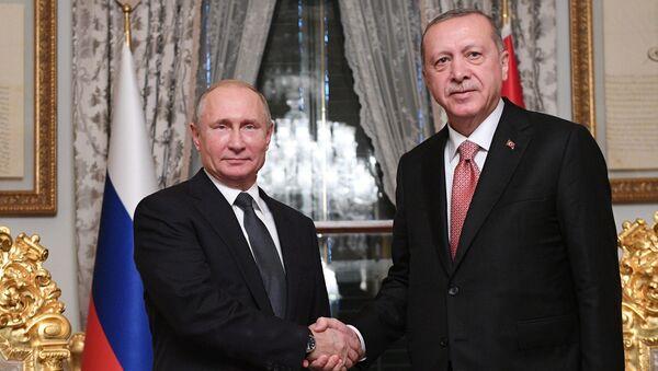 Prezident Rossii Vladimir Putin i prezident Turtsii Redjep Tayip Erdogan vo vremya vstrechi v Stambule - Sputnik Oʻzbekiston