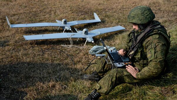 Военнослужащий готовит к взлету малые беспилотные летательные аппараты - Sputnik Ўзбекистон